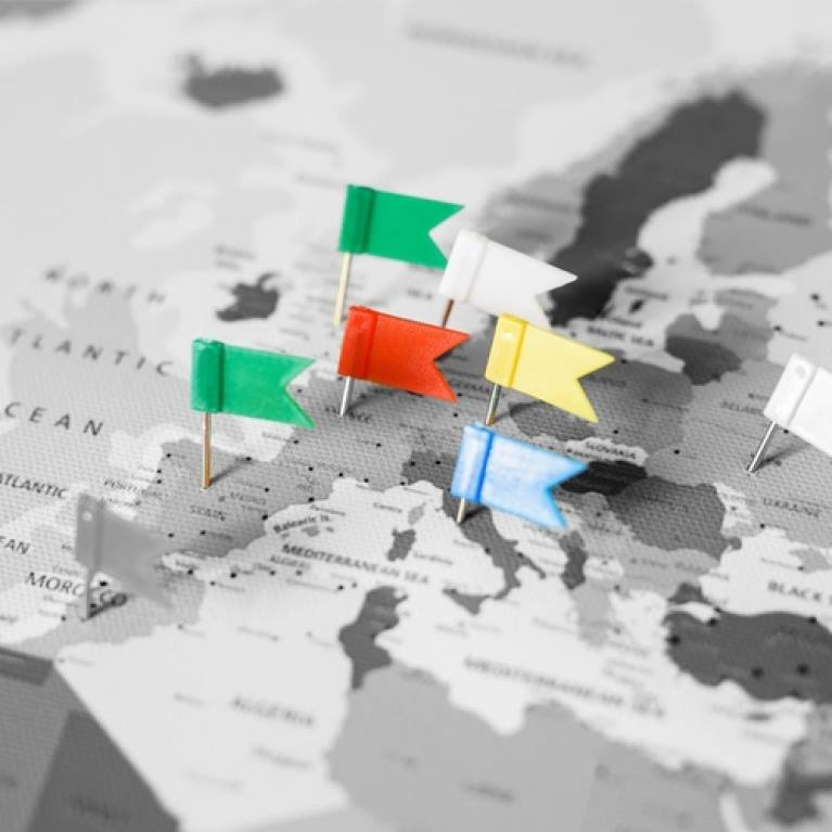 vlaggetjes-prikkertjes-wanddecoratie-wereldkaarten-puurvangeluk