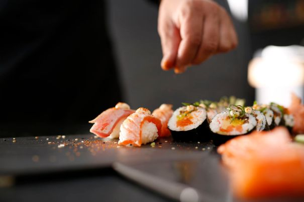 Foto sushi divers met hand van kok