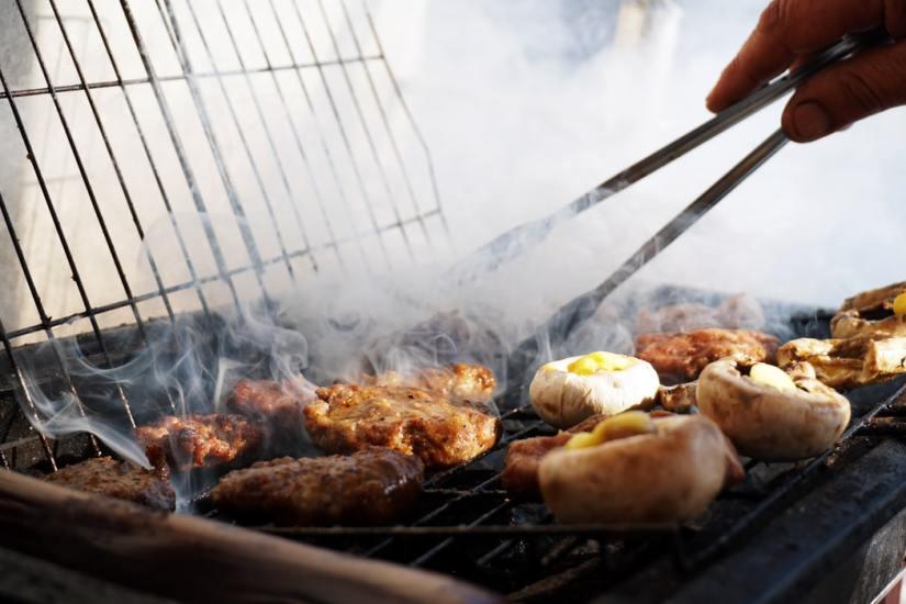 barbecueën-feestje-eigentuin-Auspit-PuurvanGeluk